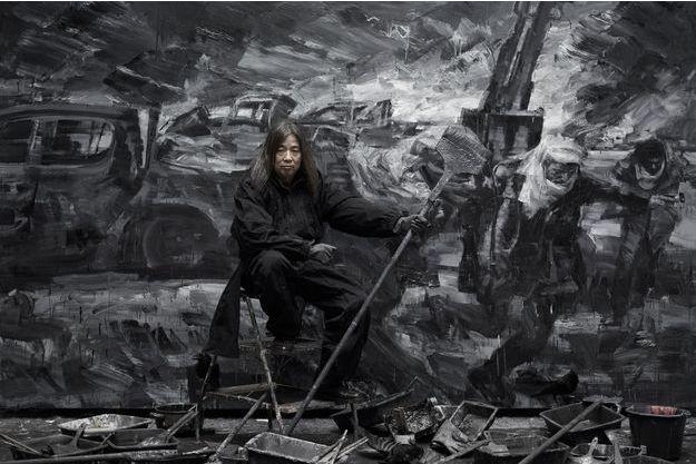 Yan Pei-Ming devant une partie de son diptyque « Help ! »