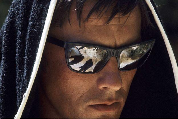 Août 1968 : plein soleil sur Alain Delon dans « La piscine » de Jacques Deray. Plus félin que jamais, l'acteur guette sa proie sous une chaleur accablante, dans une somptueuse villa de Ramatuelle.