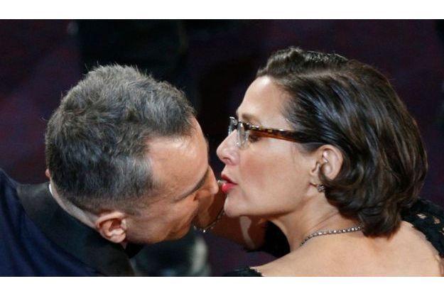 Daniel Day-Lewis embrasse son épouse Rebecca Miller.