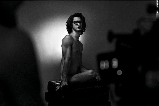 Pierre Niney prend la pose, nu, comme Yves Saint Laurent en 1971 devant l'objectif de Jeanloup Sief pour le magazine « Vogue ».