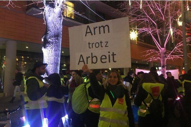 """""""Pauvre malgré un travail"""" peut-on lire sur la pancarte d'une manifestante."""