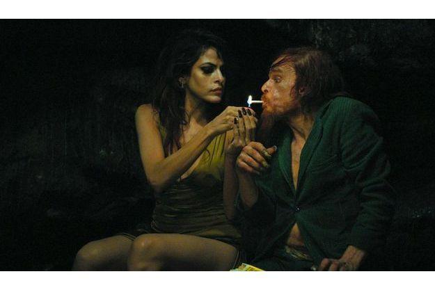 """Denis Lavant et Eva Mendes dans """"Holy Motors""""."""