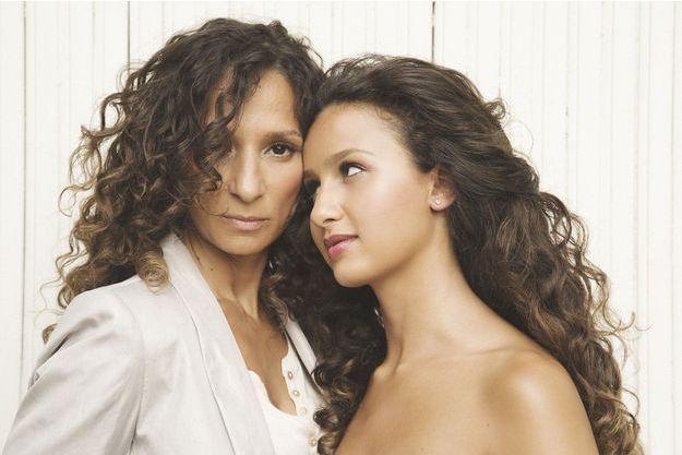 """La réalisatrice de """"Divines"""", Houda Benyamina, aux côtés de sa petite sœur, Oulaya Amamra, l'actrice principale."""