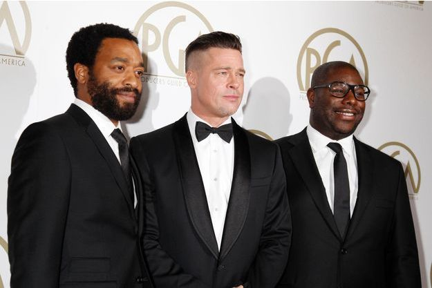 Brad Pitt, entre Chiwetel Ejiofor et Steve McQueen, lors de la soirée des Producers Guild of America Awards à Beverly Hills, California le 19 janvier dernier.
