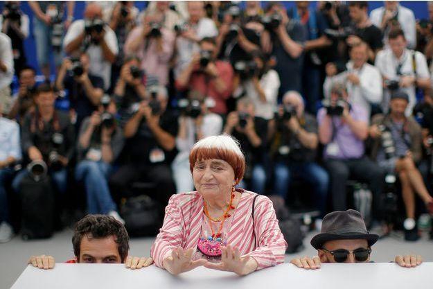 Agnès Varda entourée de Matthieu Chedid et JR à Cannes en 2017