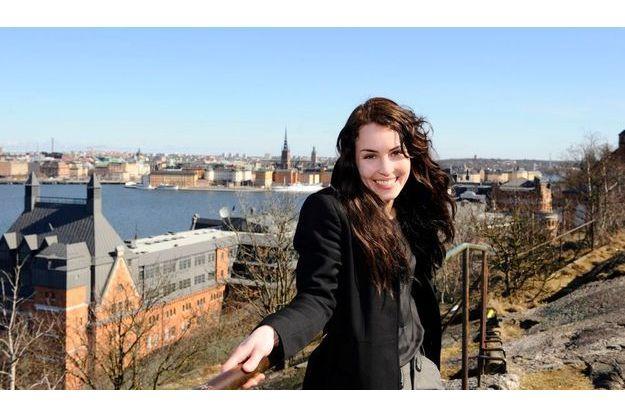 Noomi Rapace devant le quartier bobo de Stockholm où s'est installé Mikael Blomkvist, le héros du livre.