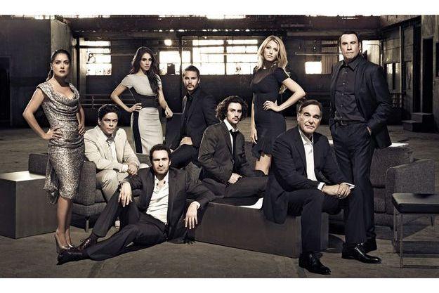 Pour l'adaptation du thriller de Don Winslow, Oliver Stone (assis à dr.) a réuni autour de lui une équipe de choc. De g. à dr. : Salma Hayek, Benicio Del Toro, Candra Docherty, Demian Bichir, Taylor Kitsch, Aaron Jonhson, Blake Lively et John Travolta.