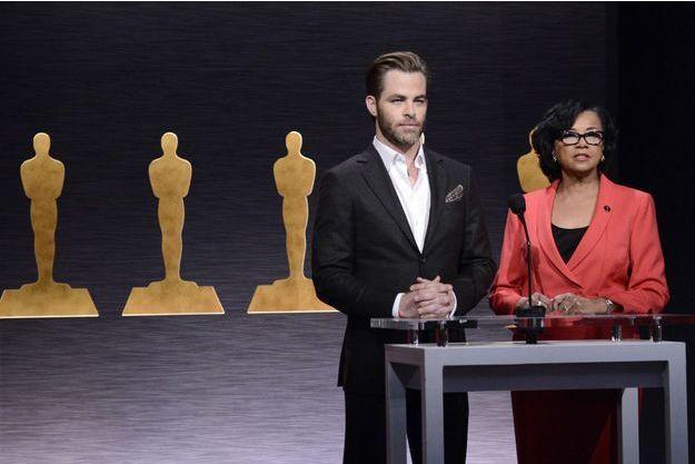 L'acteur Chris Pine, entouré de la présidente de l'Académie des Oscars, Cheryl Boone Isaacs, à Los Angeles jeudi 15 janvier