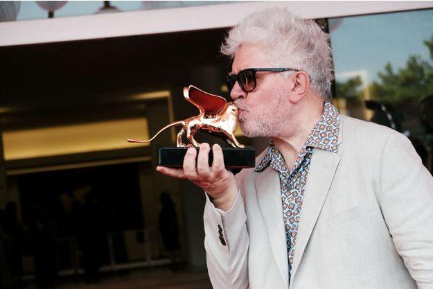 Pedro Almodovar embrasse le Lion d'or du Festival de Venise.