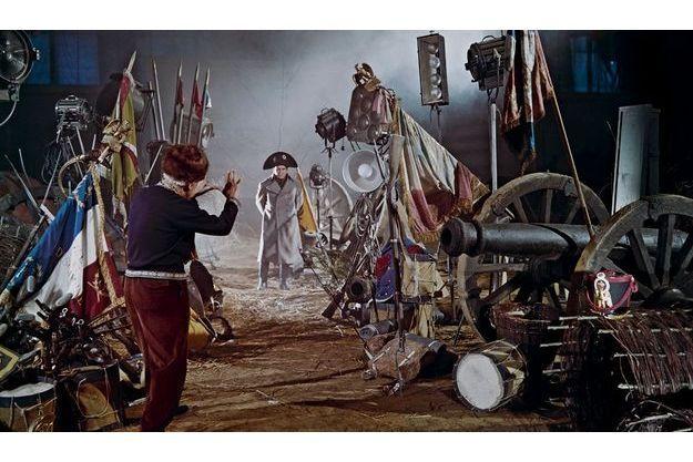 """Pierre Mondy sur le tournage d'""""Austerlitz"""" en 1959. Quand il joue, il porte sur lui une photo de sa mère. Comme un talisman. De dos, le réalisateur Abel Gance."""