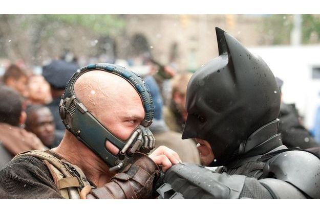 Bane (Tom Hardy) et Batman (Christian Bale) s'affrontent.