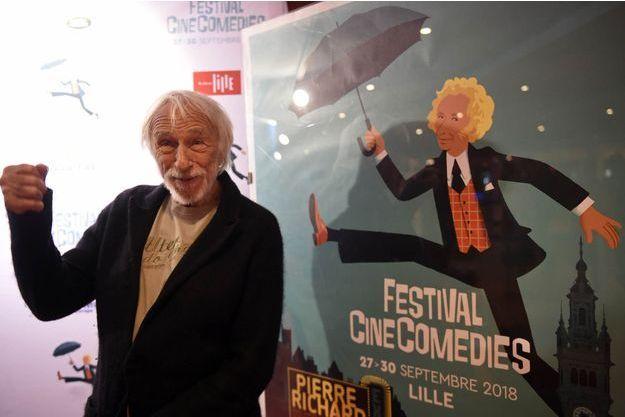 Pierre Richard devant l'affiche du Festival CinéComédies de Lille.