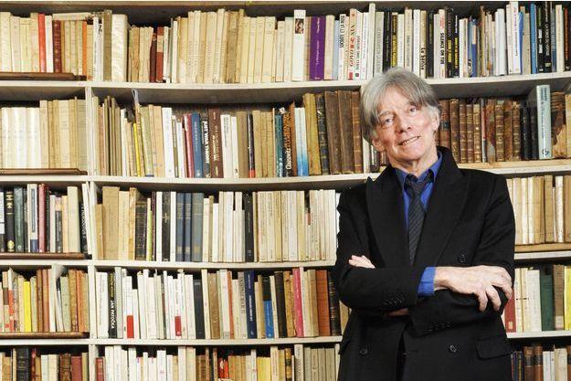 Le philosophe André Glucksmann devant la bibliothèque de son appartement dans le Xème arrondissement de Paris.