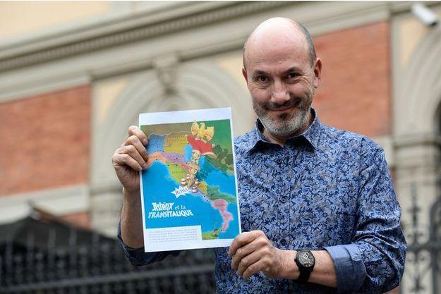 """Jean-Yves Ferri pose avec """"Astérix et la transitalique"""" en avril 2017 à Bologne"""