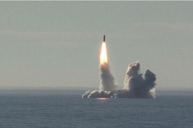 Tir de missile balistique « Bulava » depuis le croiseur sous marin russe « Yuri Dolgoruky ».