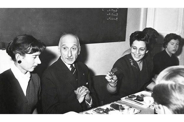 Entourant François Mauriac à « L'Express », Madeleine Chapsal, (à g.), épouse de JJSS, et Françoise Giroud, sa maîtresse.
