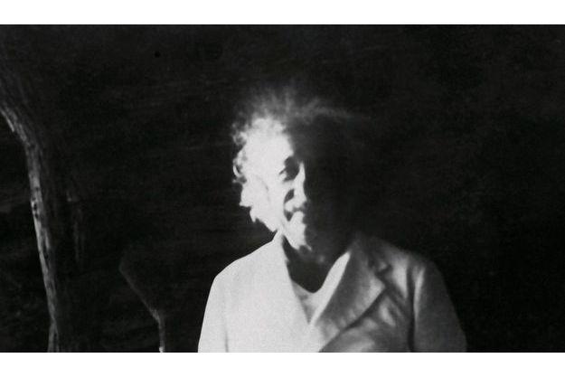 Le professeur Albert Einstein à Woodridge, en 1938. Sur cette photo d'amateur, on distingue à peine le porche d'un des six cottages identiques
