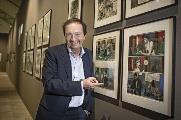 Michel-Edouard Leclerc devant des planches originales de Bilal.
