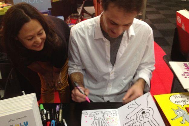 Les auteurs Kimiko et Alex Sanders prennent le temps de dédicacer leurs œuvres.