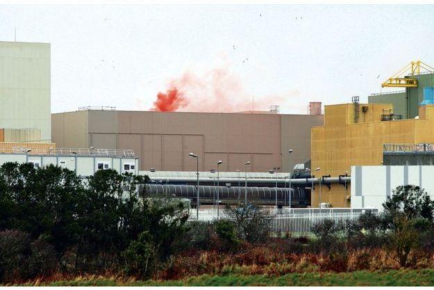 Le 25 janvier 2019, Greenpeace allume un fumigène sur le toit de la centrale de La Hague.