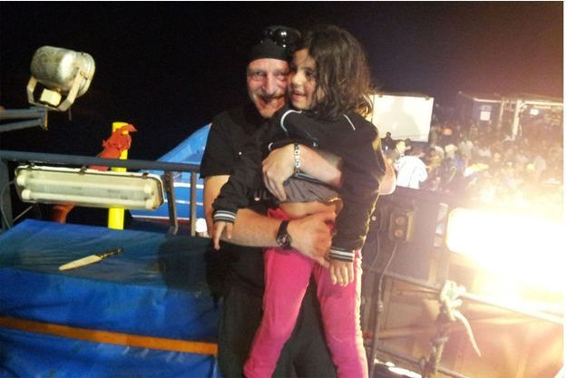 Philippe Martinez et une petite Kurde sauvée des eaux.