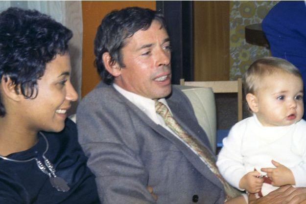 En 1973, Brel (ici avec Maddly, chez les Liardon, à Nyon, dans le canton de Vaud) est l'heureux parrain de Maud, fille de Jean Liardon.
