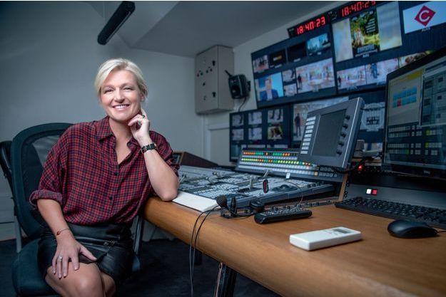"""Anne-Elisabeth Lemoine dans le studio de """"C à vous""""."""