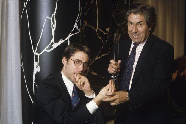 """Antoine de Caunes et Philippe Gildas sur le plateau de """"Nulle part ailleurs"""" en 1989."""