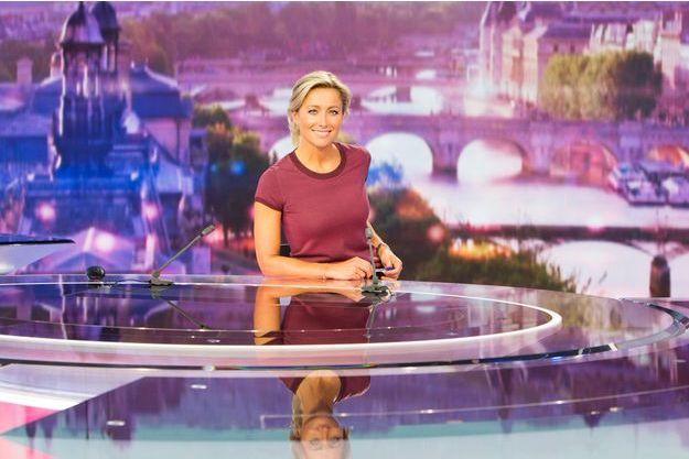 Anne-Sophie Lapix sur le plateau du JT de France 2.