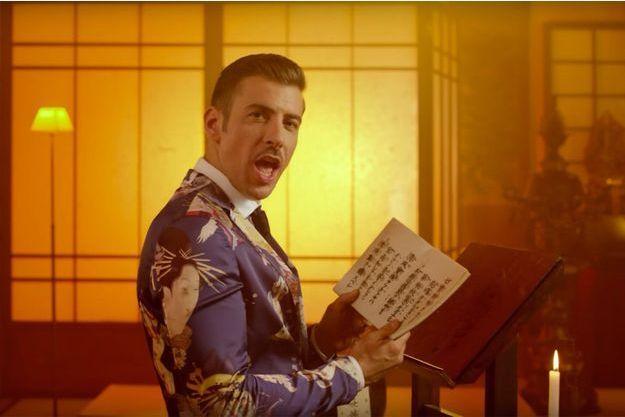 "Le candidat italien Francesco Gabbani dans le clip ""Occidentali's Karma""."