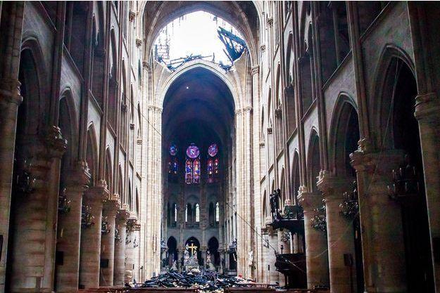 Une vue de l'intérieur de Notre-Dame de Paris après l'incendie.