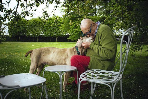 """Jean-Pierre Coffe dans sa maison de Lanneray, en Eure-et-Loir, où il vivait depuis quarante ans. Avec l'un de ses chiens. C'était en mai 2015, après la sortie d'""""Une vie de Coffe"""", son autobiographie."""