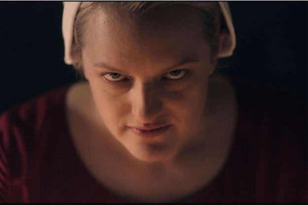 "Elisabeth Moss incarne June dans ""La Servante Ecarlate""."