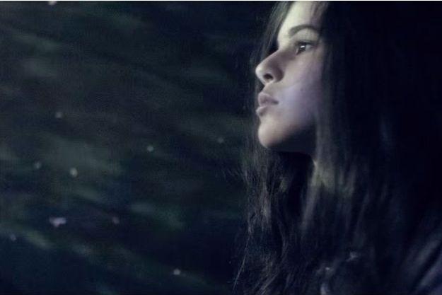 "Marina Kaye dans son clip ""Homeless""."