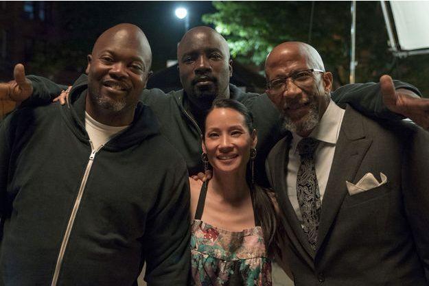 "Cheo Hodari Coker, Mike Colter, Lucy Liu et Reg E. Cathey sur le tournage de ""Luke Cage""."