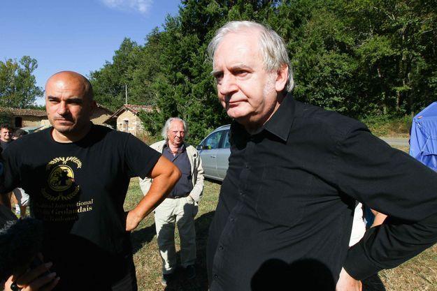 En chemise noire, Noël Godin, l'entarteur, à la ZAD du Testet avec le réalisateur et écrivain grec Yannis Youlountas en septembre 2014.