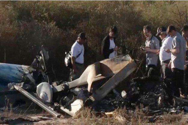 """Des experts venus de France inspectent l'épave d'un des hélicoptères détruits lors du tournage de """"Dropped""""."""