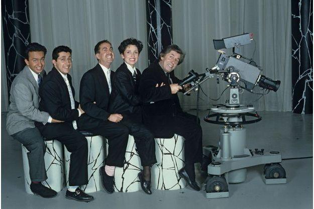 Dans les studios de Canal + avec l'équipe des Nuls, Dominique Farrugia, Alain Chabat, Bruno Carette et Chantal Lauby, en 1988. Philippe Gildas est mort à 82 ans, le 28 octobre à Paris