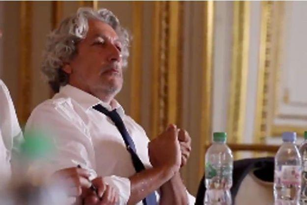 Alain Chabat parodie une vidéo d'Emmanuel Macron.
