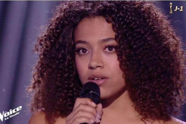 """Whitney Marin lors de la finale de """"The Voice"""" 8."""