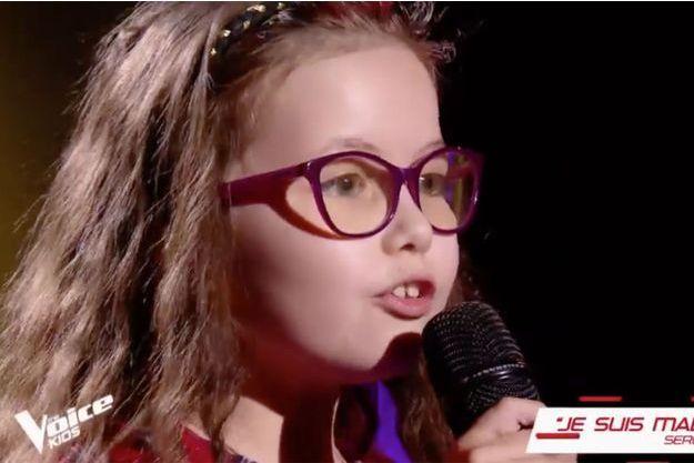 """La petite Emma sur le plateau de """"The Voice Kids"""" vendredi."""