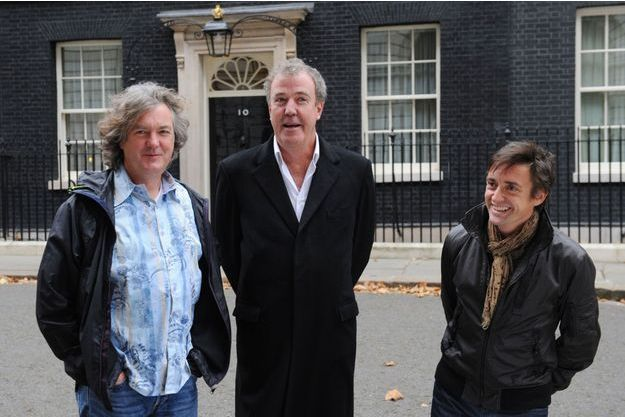 Jeremy Clarkson pose avec ses acolytes James May (à gauche) et Richard Hammond (à droite) devant le 10 Downing Street, résidence du Premier ministre britannique.