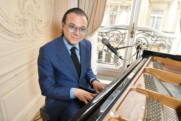 Bertrand Burgalat au piano.