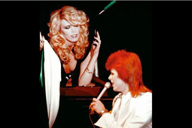 Avec Amanda Lear lors d'un des derniers concerts de David Bowie en Ziggy Stardust à Londres, en 1973.