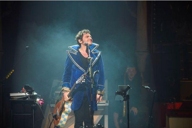 Matthieu Chedid, alias -M- (habillé par l'Istituto Marangoni Paris), sur scène vendredi soir à Paris.