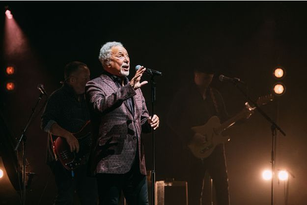 Tom Jones lors de son concert donné à la salle Pleyel, à Paris.