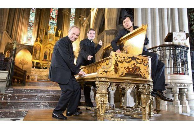 Mardi 11 mai, cathédrale américaine de Paris, le père Jean-Michel Bardet, le père Charles Troesch et le séminariste Joseph Dinh Nguyen Nguyen s'enthousiasment pour un piano de concert décoré sur le modèle d'un clavecin de Versailles.