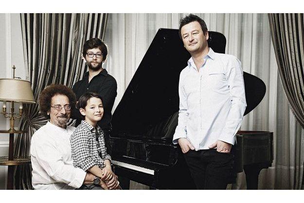 La famille dans une suite du Plaza Athénée. Sur les genoux de Jean, son grand-père, Adrian. Debout derrière eux, l'autre fils d'Olivier, Jules, compositeur et multi instrumentiste.
