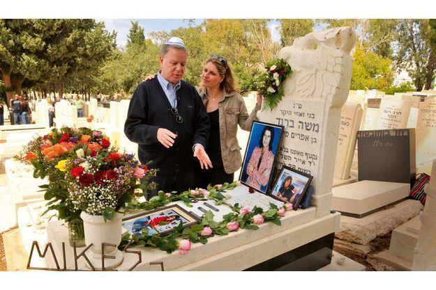 Zvi et sa fille Yona sur la tombe de Mike à Haïfa, le 10 avril dernier.