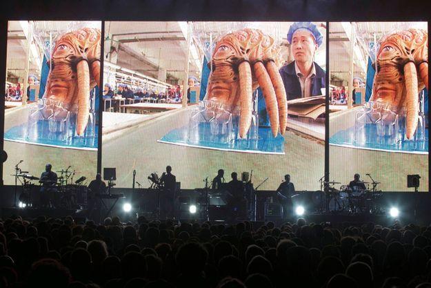 Adam Curtis a cette fois construit un film qui s'étend sur les 90 minutes du concert, racontant le changement de société qui s'est opéré entre 1998, année de sortie de « Mezzanine », et 2019.